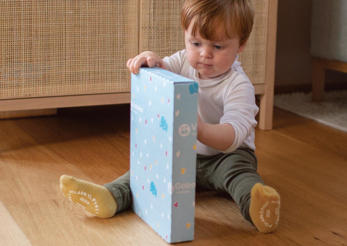 Liten gutt med bokpakke fra Goboken